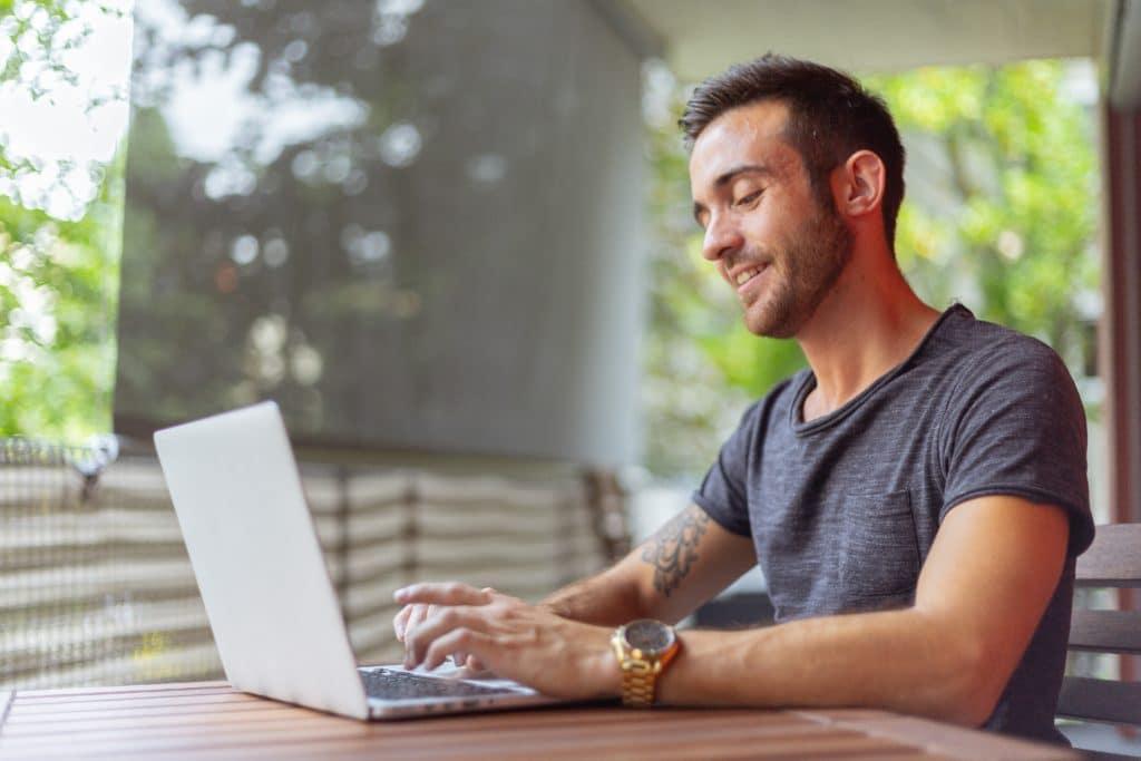 Un expert en numérique vous aide à trouver une solution pour votre souci numérique